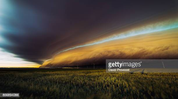 shelf-arcus-cloud over farmersland and windmills at sunset - extreme weather stock photos and pictures