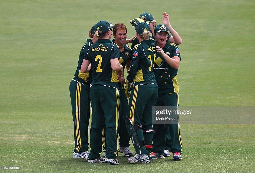 Women's Twenty20 - Australia v England: Game 1 : ニュース写真