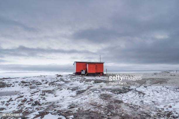shelter house in antarctica - houses in antarctica stock pictures, royalty-free photos & images