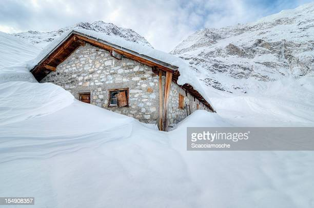 shelter in the snow - emergency shelter stock pictures, royalty-free photos & images