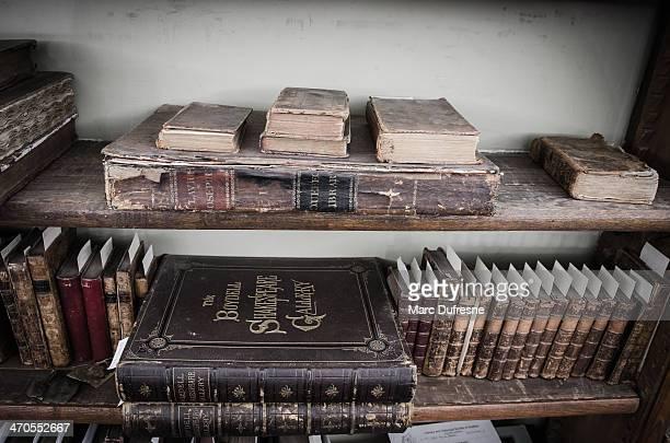 Étagères avec des vieux livres