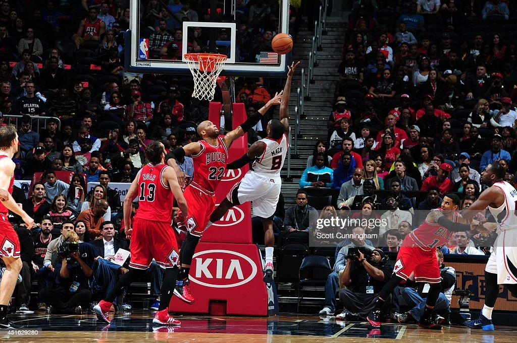 Shelvin Mack #8 of the Atlanta Hawks shoots against Taj Gibson #22 of the Chicago Bulls on February 25, 2014 at Philips Arena in Atlanta, Georgia.