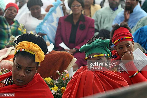 Shembe church of Nazareth worshippers and mourners attend 28 October 2007 the funeral ceremony of South African reggae musician Lucky Dube at Ingogo...