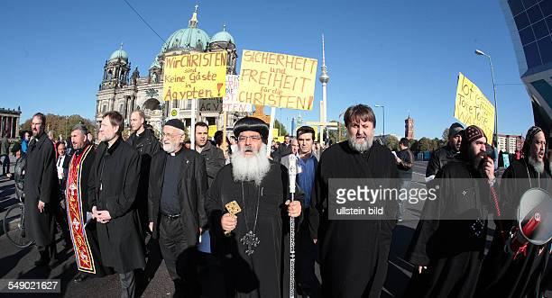 Shenouda III von Alexandrien bei Demonstration der Koptischen Orthodoxen Kirche gegen die Ermordung von Kopten in Agypten