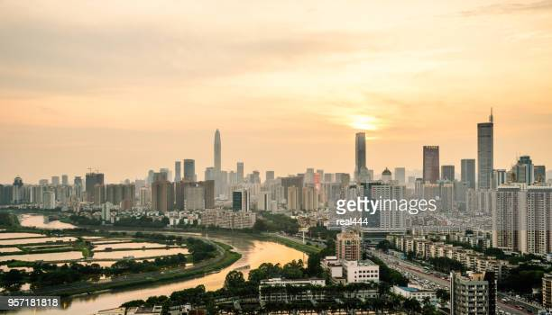 skyline der stadt shenzhen in china - shenzhen stock-fotos und bilder