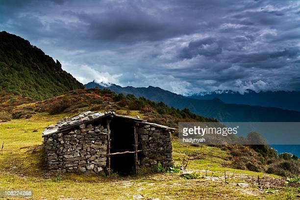 shepherd's hut in himalaya range - mountain range stock pictures, royalty-free photos & images