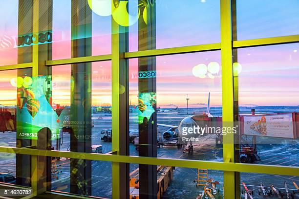 Aeroporto Internacional de Sheremetyevo, pôr do sol, reflexão, inverno, anúncios Moscovo, Rússia.