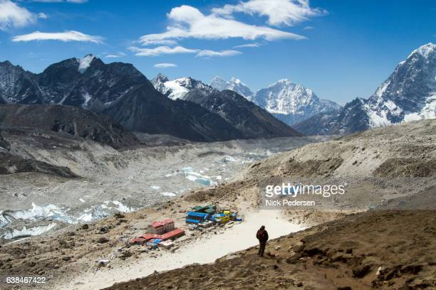 sherpa guide above gorak shep - base camp stock pictures, royalty-free photos & images
