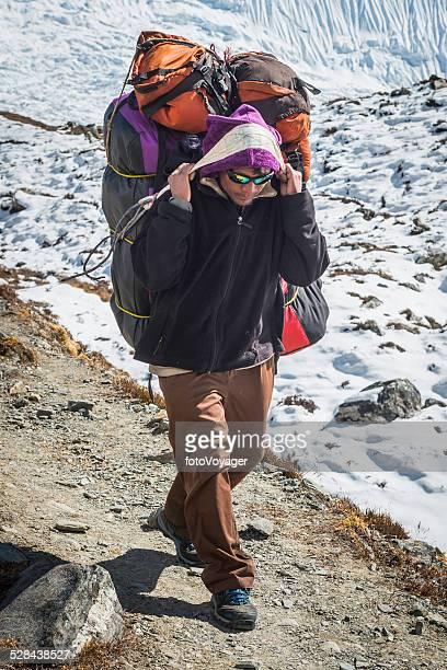 Sherpa-porter tragen expedition Ausstattung mit Stirnband Himalaya-Gebirge Nepal