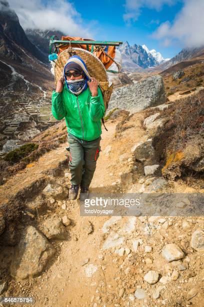 運ぶ遠征キット バスケット山道ヒマラヤ ネパール シェルパ ポーター - 職業 ポーター ストックフォトと画像