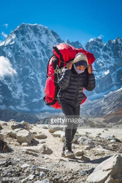 遠征キットを乗せてエベレスト登山道ネパール シェルパ ポーター - 職業 ポーター ストックフォトと画像