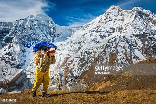 シェルパポーター通電エクスペディションキットをベースキャンプヒマラヤネパール - 職業 ポーター ストックフォトと画像