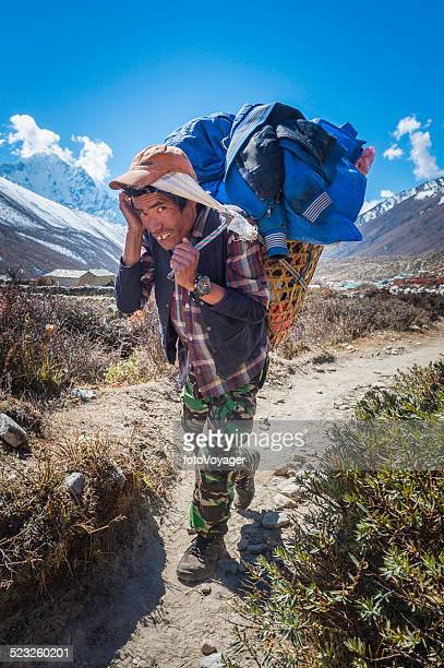 sherpa porter carregando grande cesta ao longo da trilha himalaia nepal - buck teeth - fotografias e filmes do acervo