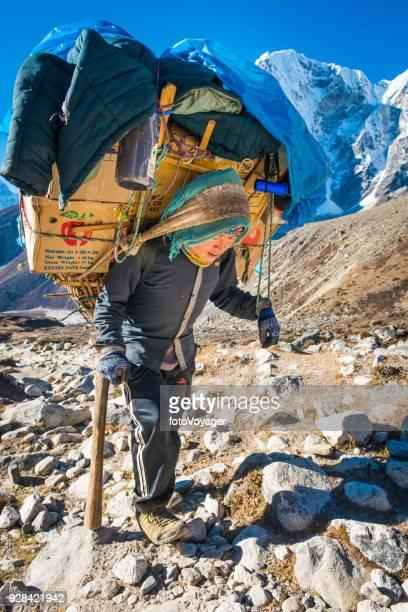 ヘッドス トラップ khumbu ヒマラヤ山脈ネパールを供給して運ぶシェルパ ポーター - 職業 ポーター ストックフォトと画像
