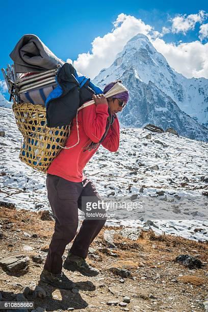 伝統的なバスケットアマダブラムヒマラヤ山脈ネパールを運ぶシェルパポーター - 職業 ポーター ストックフォトと画像