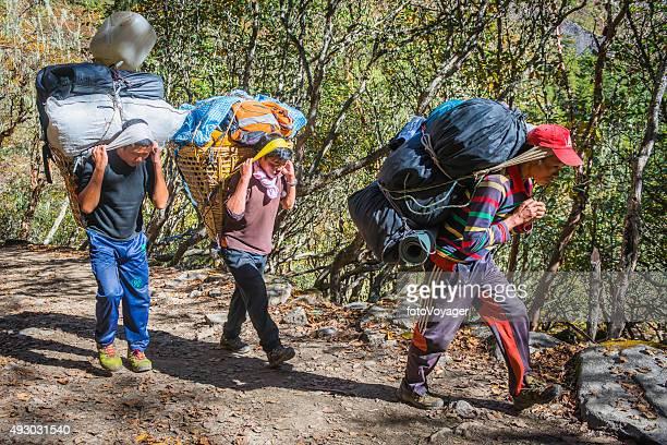 シェルパポーター重い負荷をエベレストトレイルヒマラヤネパール - 職業 ポーター ストックフォトと画像