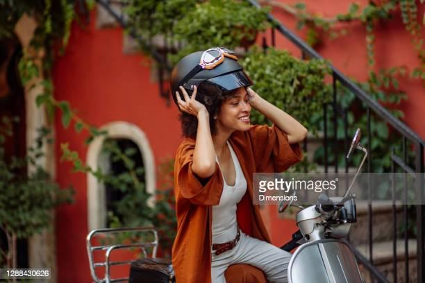 c'est une belle motarde. - mobylette photos et images de collection