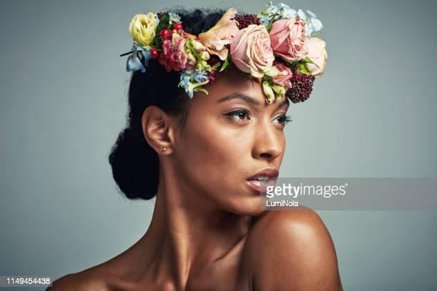 ze is een natuurlijke godin - kroon hoofddeksel stockfoto's en -beelden