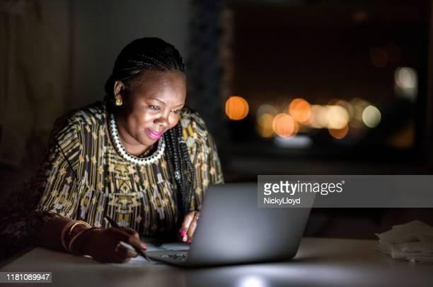 ze is een zeer ijverige werknemer - zuid afrika stockfoto's en -beelden