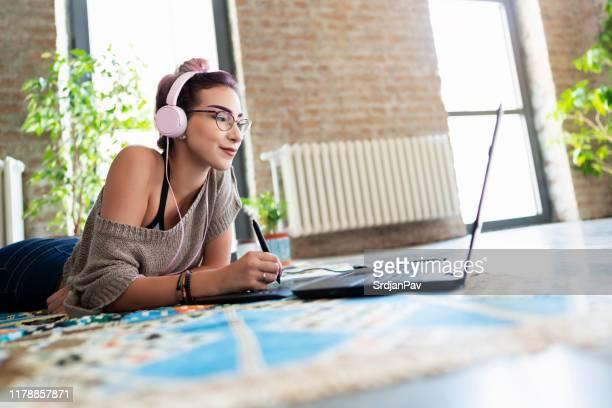 è una discente online - designer professionista foto e immagini stock