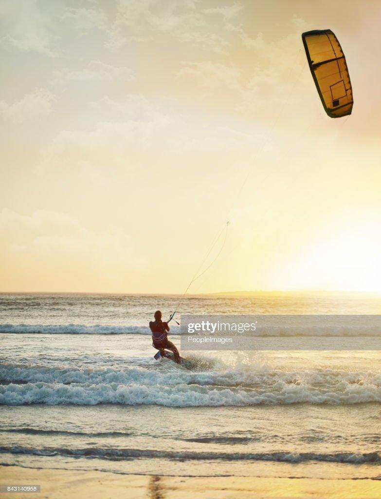 Elle est en harmonie avec le vent et les vagues : Photo