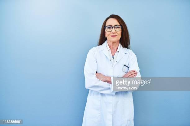 ze is een toonaangevende expert op het gebied - laboratoriumjas stockfoto's en -beelden