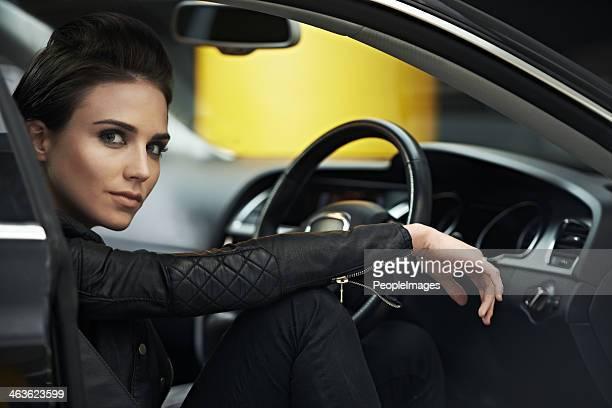 彼女のシックで自分の高級車