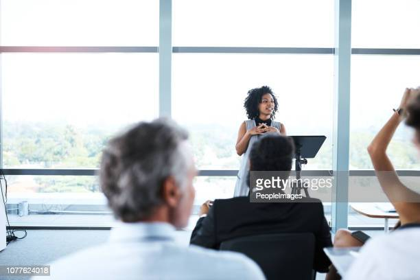 sie führt das gespräch heute - pressekonferenz stock-fotos und bilder