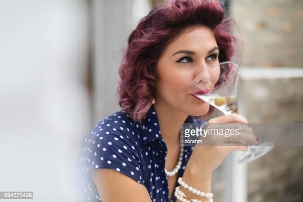 Elle est enjoyinh son martini