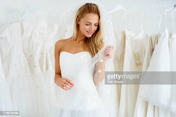 ela vai fazer uma bela noiva - vestido de noiva - fotografias e filmes do acervo