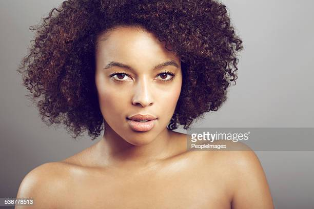 la paciente tiene una iluminación natural. - chica adulta negra espalda desnuda fotografías e imágenes de stock