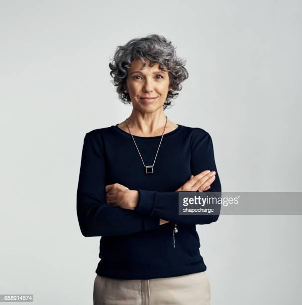 ella tiene una fuerte presencia personal - 55 59 años fotografías e imágenes de stock