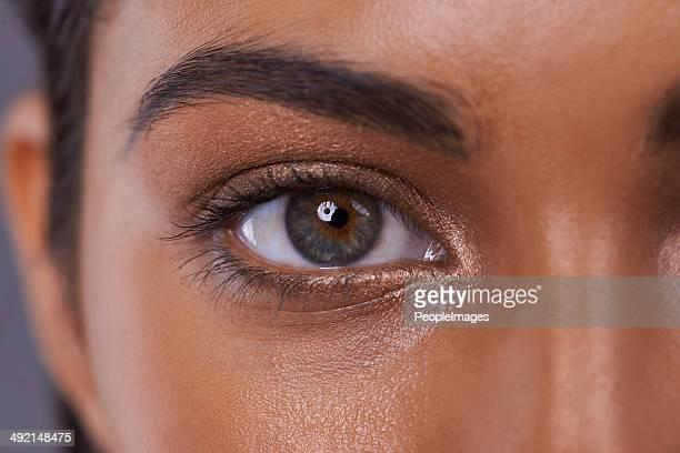 彼女は彼女の美しさには目を