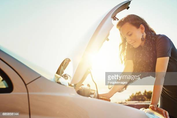 Ella tiene algunas dificultades mecánicas con su coche