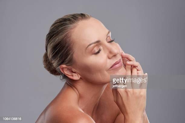 she's got that smooth skin we'd all love to have - pessoas bonitas imagens e fotografias de stock