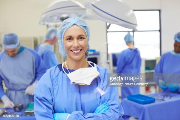 ela está feliz com sua equipe médica - cirurgia - fotografias e filmes do acervo