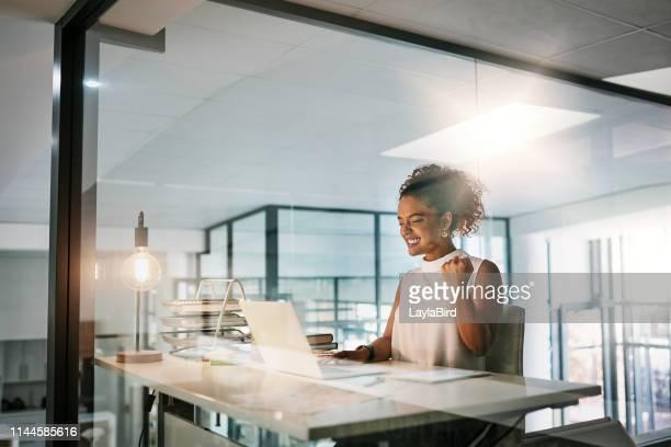 彼女はビジネスのために新たな取引をしただけだ! - ガッツポーズ ストックフォトと画像