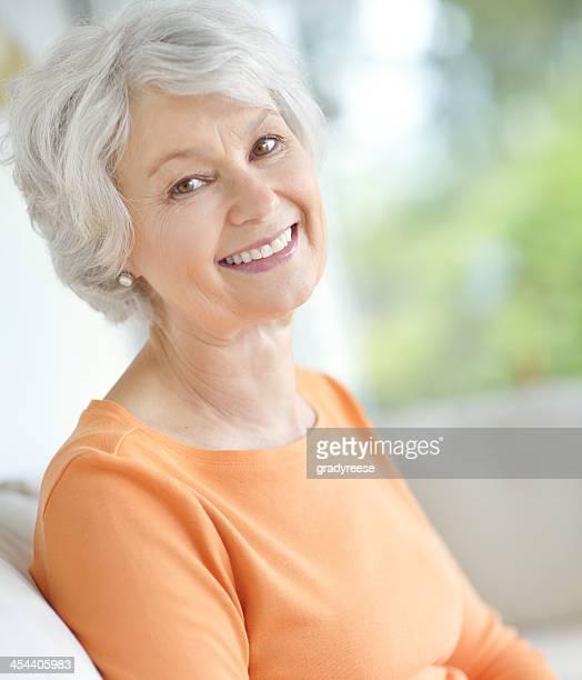 sie nie glücklicher - eine seniorin allein stock-fotos und bilder