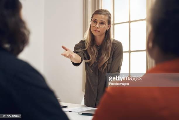 彼女はすべての話ではなく、彼女も行動です - 自己主張 ストックフォトと画像