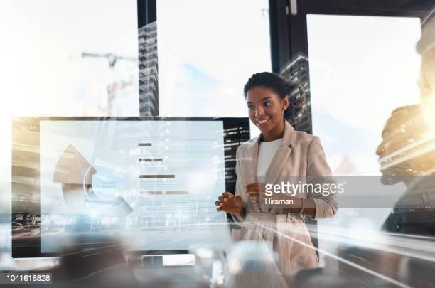彼女はあらゆる場所に彼女のビジネスを取っています。 - セールストーク ストックフォトと画像