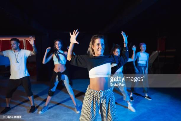 sie ist die haupttänzerin in unserer truppe - tanztruppe stock-fotos und bilder