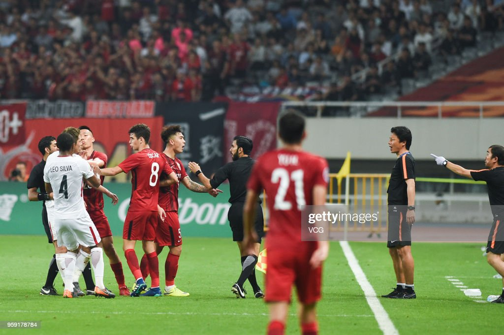 Shi Ke #5 of Shanghai SIPG argues with head coach Go Oiwa of Kashima Antlers during the AFC Champions League Round of 16 second leg match between Shanghai SIPG and Kashima Antlers at Shanghai Stadium on May 16, 2018 in Shanghai, China.