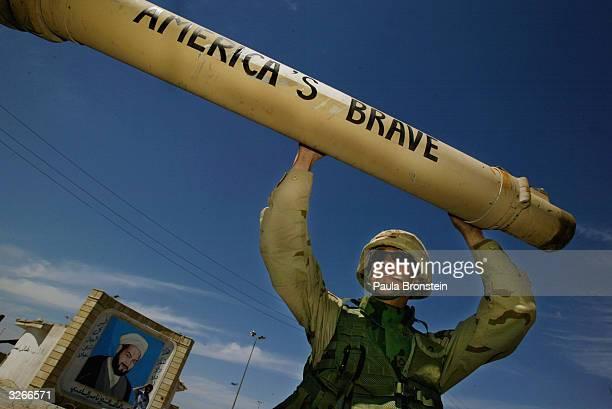 shia resistance holds out in sadr city - guerre irak char homme photos et images de collection