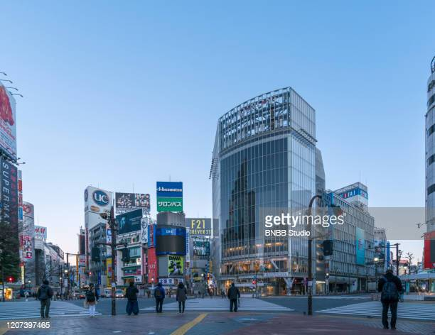 shibuya crossing in the morning, tokyo, japan - shibuya ward stock pictures, royalty-free photos & images