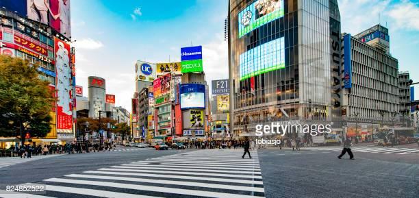 cruzamento de shibuya em tóquio - distrito de shibuya - fotografias e filmes do acervo