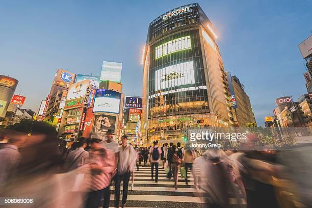 東京の渋谷のスクランブル交差点