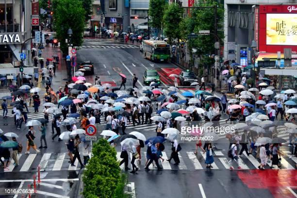 渋谷スクランブル交差点、東京 - スクランブリング ストックフォトと画像