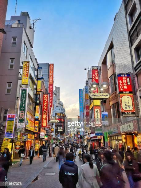 shibuya shopping district at sunset, tokyo, japan - prefeitura de tóquio imagens e fotografias de stock
