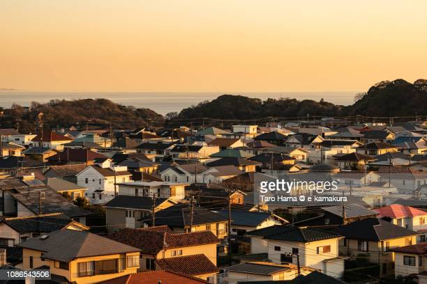 shichirigahama-higashi, residential houses by the sea, pacific ocean in japan in the sunset - 郊外の風景 ストックフォトと画像