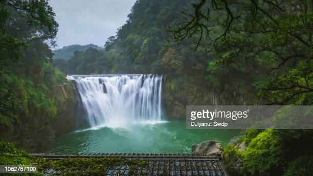 shifen waterfall in pingxi district, new taipei city, taiwan - new taipei city stock pictures, royalty-free photos & images